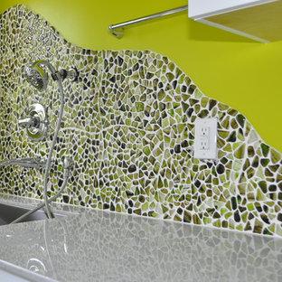 Foto di una grande lavanderia multiuso design con lavatoio, ante lisce, ante bianche, top in pietra calcarea, pareti verdi, pavimento in vinile, lavatrice e asciugatrice affiancate, pavimento multicolore e top multicolore