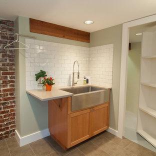 Ispirazione per una lavanderia multiuso american style con ante in legno chiaro, top in granito, pareti verdi e lavatrice e asciugatrice a colonna