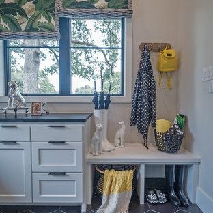 Esempio di una sala lavanderia eclettica di medie dimensioni con lavello stile country, ante in stile shaker, ante bianche, top in saponaria, pareti multicolore, pavimento in gres porcellanato, lavatrice e asciugatrice affiancate, pavimento grigio e top grigio