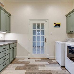 Idéer för funkis parallella grått tvättstugor enbart för tvätt, med skåp i shakerstil, gröna skåp, beige väggar, plywoodgolv, en tvättmaskin och torktumlare bredvid varandra och flerfärgat golv