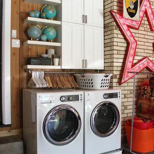 Ispirazione per una lavanderia boho chic con lavatrice e asciugatrice affiancate