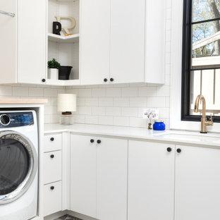 Idéer för vintage l-formade vitt tvättstugor enbart för tvätt, med en undermonterad diskho, släta luckor, vita skåp och grått golv