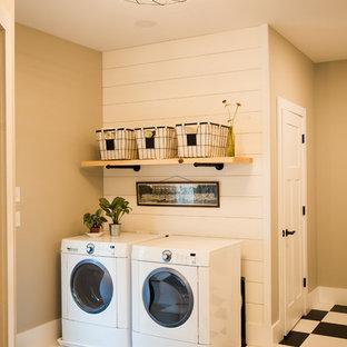 Неиссякаемый источник вдохновения для домашнего уюта: маленькая отдельная, прямая прачечная в стиле кантри с двойной раковиной, бежевыми стенами, полом из винила, со стиральной и сушильной машиной рядом и разноцветным полом