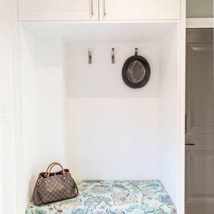 Idéer för att renovera ett mellanstort vintage grå l-format grått grovkök, med en undermonterad diskho, skåp i shakerstil, vita skåp, bänkskiva i onyx, blå väggar, klinkergolv i porslin, en tvättmaskin och torktumlare bredvid varandra och grått golv