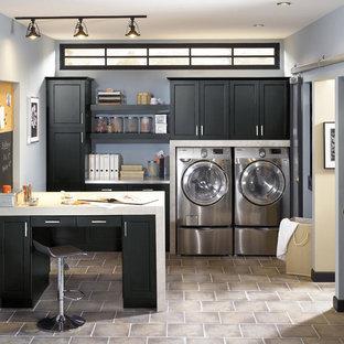 Inspiration för ett mellanstort vintage linjärt grovkök, med skåp i shakerstil, svarta skåp, bänkskiva i koppar, blå väggar, laminatgolv och en tvättmaskin och torktumlare bredvid varandra