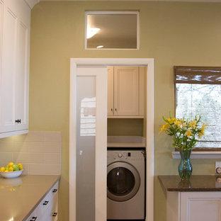 Esempio di una piccola lavanderia tradizionale con lavello sottopiano, ante bianche, top in quarzo composito, paraspruzzi beige, paraspruzzi con piastrelle di cemento, pavimento in legno massello medio e ante con riquadro incassato