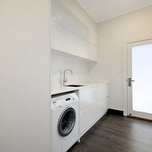 Idee per una sala lavanderia minimal di medie dimensioni con lavello sottopiano, ante bianche, top in quarzo composito, pareti bianche, pavimento in gres porcellanato, ante lisce e lavasciuga