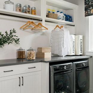 Idéer för att renovera en liten vintage grå grått tvättstuga enbart för tvätt och med garderob, med vita skåp och vita väggar