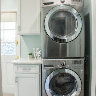 Ispirazione per una piccola sala lavanderia tradizionale con ante in stile shaker, ante bianche, top in quarzo composito, pareti verdi, pavimento in gres porcellanato, lavatrice e asciugatrice a colonna, pavimento grigio e top verde