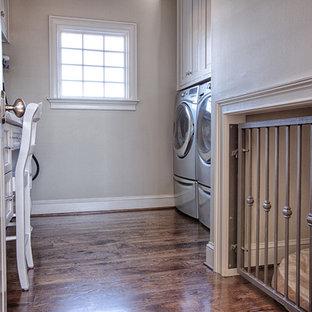Idée de décoration pour une buanderie parallèle minimaliste dédiée et de taille moyenne avec des portes de placard blanches, un plan de travail en marbre, un sol en bois brun et des machines côte à côte.