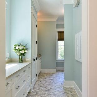 Foto di una lavanderia multiuso chic di medie dimensioni con lavello sottopiano, ante in stile shaker, ante beige, top in quarzo composito, pareti blu, pavimento in gres porcellanato, lavatrice e asciugatrice affiancate, pavimento multicolore e top beige