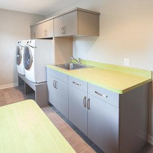 Ispirazione per una lavanderia moderna con top verde