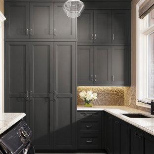 Inspiration för ett stort rustikt u-format grovkök, med en undermonterad diskho, luckor med infälld panel, grå skåp, granitbänkskiva, bruna väggar, betonggolv, en tvättmaskin och torktumlare bredvid varandra och grått golv