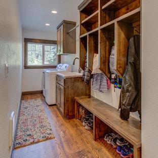 Idéer för att renovera ett litet rustikt linjärt grovkök, med en nedsänkt diskho, skåp i shakerstil, bänkskiva i kvartsit, vita väggar, mellanmörkt trägolv, en tvättmaskin och torktumlare bredvid varandra och skåp i mörkt trä