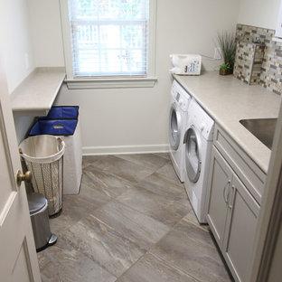 Idéer för små vintage parallella tvättstugor enbart för tvätt, med en enkel diskho, skåp i shakerstil, grå skåp, laminatbänkskiva, grå väggar, klinkergolv i porslin och en tvättmaskin och torktumlare bredvid varandra