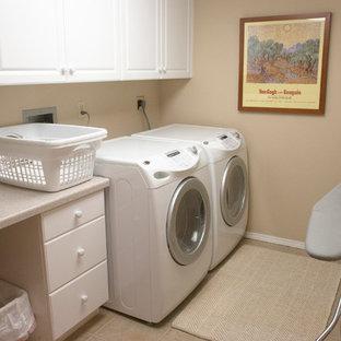 Ispirazione per una piccola sala lavanderia boho chic con ante in stile shaker, ante bianche, pareti beige, pavimento con piastrelle in ceramica e lavatrice e asciugatrice affiancate