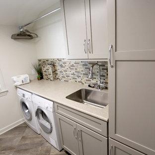 Inspiration för små klassiska tvättstugor enbart för tvätt, med en enkel diskho, skåp i shakerstil, grå skåp, laminatbänkskiva, grå väggar, klinkergolv i porslin och en tvättmaskin och torktumlare bredvid varandra