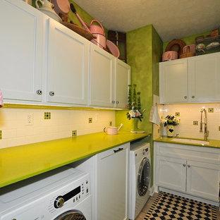 Imagen de cuarto de lavado en L, ecléctico, pequeño, con fregadero bajoencimera, armarios con paneles empotrados, puertas de armario blancas, encimera de cuarzo compacto, paredes verdes, suelo de baldosas de cerámica, lavadora y secadora juntas y encimeras verdes