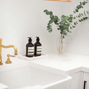 Inspiration för små vitt grovkök, med en rustik diskho, skåp i shakerstil, vita skåp, bänkskiva i kvarts, vitt stänkskydd, vita väggar och klinkergolv i porslin
