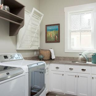 Foto di una sala lavanderia country con lavello sottopiano, ante in stile shaker, ante bianche, pareti grigie e lavatrice e asciugatrice affiancate