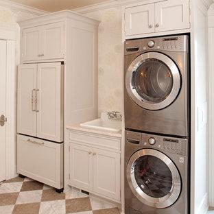 Ispirazione per una lavanderia tradizionale con lavello da incasso, lavatrice e asciugatrice a colonna e pavimento multicolore