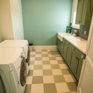 Esempio di una sala lavanderia stile marinaro di medie dimensioni con lavello stile country, ante in stile shaker, ante verdi, top in superficie solida e lavatrice e asciugatrice affiancate