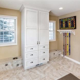 Idee per una lavanderia multiuso contemporanea di medie dimensioni con lavello da incasso, ante con riquadro incassato, ante bianche, top in granito, pareti beige e pavimento con piastrelle in ceramica