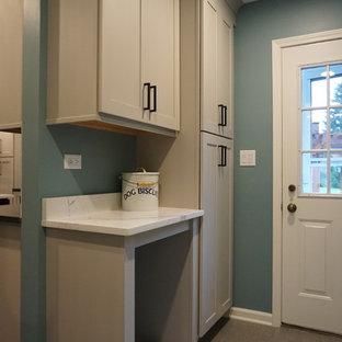 Idee per una piccola lavanderia multiuso classica con lavello a vasca singola, ante in stile shaker, ante grigie, top in quarzo composito, pareti blu, pavimento in gres porcellanato, lavatrice e asciugatrice affiancate e pavimento grigio