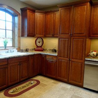 Inspiration för mycket stora rustika l-formade tvättstugor enbart för tvätt, med en nedsänkt diskho, luckor med upphöjd panel, skåp i mörkt trä, granitbänkskiva, beige väggar, klinkergolv i keramik och en tvättmaskin och torktumlare bredvid varandra