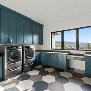 Immagine di un'ampia sala lavanderia contemporanea con lavello sottopiano, ante in stile shaker, ante blu, top in quarzo composito, pareti bianche, pavimento in gres porcellanato, lavatrice e asciugatrice affiancate, pavimento multicolore e top beige