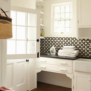 Inspiration för en vintage tvättstuga, med en rustik diskho, klinkergolv i terrakotta och rött golv