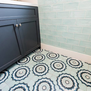 Idéer för att renovera en liten maritim vita vitt tvättstuga enbart för tvätt, med skåp i shakerstil, blå skåp, bänkskiva i kvarts, blå väggar, klinkergolv i keramik, en tvättmaskin och torktumlare bredvid varandra och blått golv