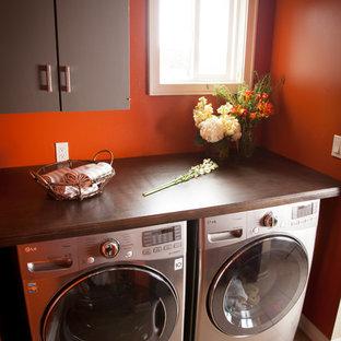 Esempio di una lavanderia tradizionale con ante marroni, pavimento beige e top marrone