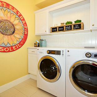 Ispirazione per una lavanderia tradizionale con ante bianche e lavatrice e asciugatrice affiancate