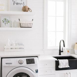 Idee per una grande sala lavanderia country con lavello stile country, ante con riquadro incassato, ante bianche, top in marmo, pareti bianche, lavatrice e asciugatrice affiancate, pavimento con piastrelle in ceramica e top bianco