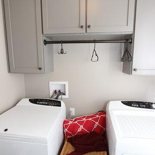 Inspiration för mellanstora amerikanska parallella grovkök, med skåp i shakerstil, grå skåp, grå väggar, skiffergolv och en tvättmaskin och torktumlare bredvid varandra