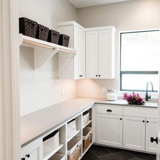 Immagine di una lavanderia multiuso classica di medie dimensioni con lavello sottopiano, ante in stile shaker, ante bianche, top in quarzite, pareti grigie, pavimento in ardesia, lavatrice e asciugatrice affiancate, pavimento nero e top grigio