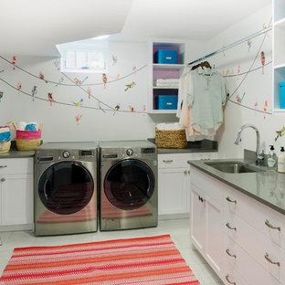 Idee per una lavanderia chic con top grigio