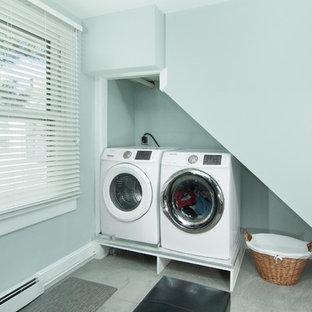 Ispirazione per un piccolo ripostiglio-lavanderia contemporaneo con pareti grigie, moquette, lavatrice e asciugatrice affiancate e pavimento grigio