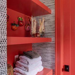 Ispirazione per una lavanderia chic con pareti rosse e carta da parati
