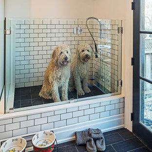 Inspiration för klassiska tvättstugor, med vita väggar och svart golv