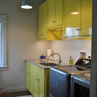 ボストンの小さいトランジショナルスタイルのおしゃれな洗濯室 (I型、アンダーカウンターシンク、フラットパネル扉のキャビネット、黄色いキャビネット、御影石カウンター、白い壁、左右配置の洗濯機・乾燥機) の写真