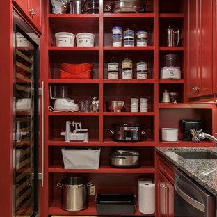 Foto di una lavanderia multiuso classica di medie dimensioni con lavello sottopiano, ante con riquadro incassato, ante rosse, top in granito, pareti beige, pavimento in gres porcellanato, lavatrice e asciugatrice affiancate, pavimento beige e top nero