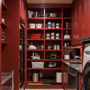 Bild på ett mellanstort vintage svart u-format svart grovkök, med en undermonterad diskho, luckor med infälld panel, röda skåp, granitbänkskiva, beige väggar, klinkergolv i porslin, en tvättmaskin och torktumlare bredvid varandra och beiget golv