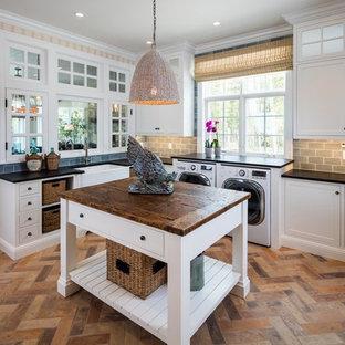 Inspiration för lantliga l-formade tvättstugor, med en rustik diskho, skåp i shakerstil, vita skåp, en tvättmaskin och torktumlare bredvid varandra och flerfärgat golv