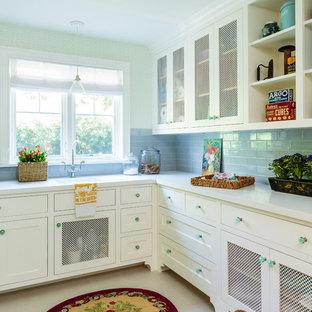 Idee per una grande sala lavanderia costiera con lavello sottopiano, ante in stile shaker, ante bianche, top in quarzo composito, pavimento in gres porcellanato, lavatrice e asciugatrice affiancate, pavimento beige, top bianco e pareti bianche
