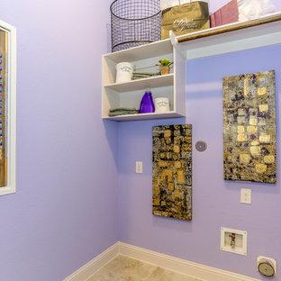 Aménagement d'une buanderie linéaire dédiée et de taille moyenne avec un placard sans porte, des portes de placard blanches, un mur violet, un sol en carrelage de céramique, des machines côte à côte et un sol noir.