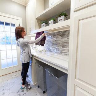 Idéer för ett mellanstort klassiskt parallellt grovkök, med en undermonterad diskho, luckor med upphöjd panel, vita skåp, bänkskiva i kvartsit, grå väggar, klinkergolv i porslin, en tvättmaskin och torktumlare bredvid varandra och grått golv
