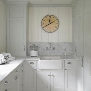 Idee per una lavanderia tradizionale con lavello stile country, pavimento in pietra calcarea e top grigio