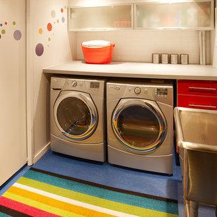 Esempio di una piccola sala lavanderia minimalista con lavatoio, ante lisce, ante rosse, top in laminato, pareti bianche, pavimento in linoleum e lavatrice e asciugatrice affiancate